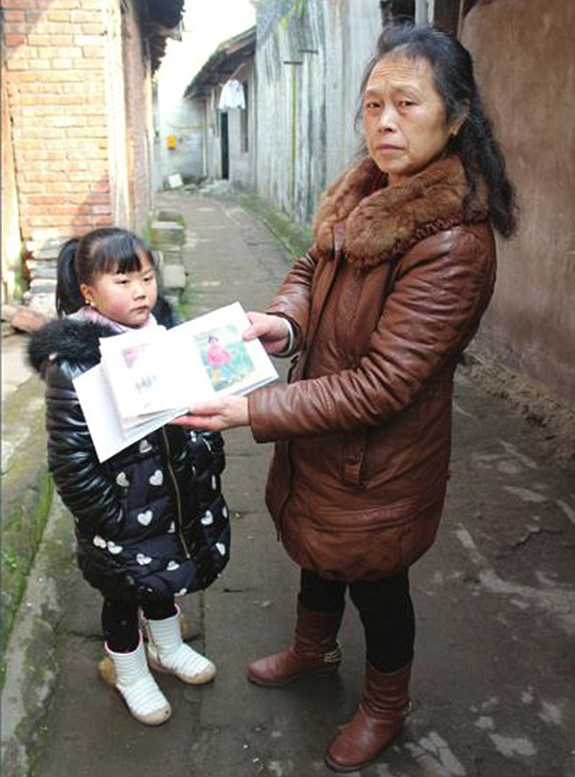 ۲۰-year-old in China looks like a young child due to a pituitary tumour | Daily Mail Online